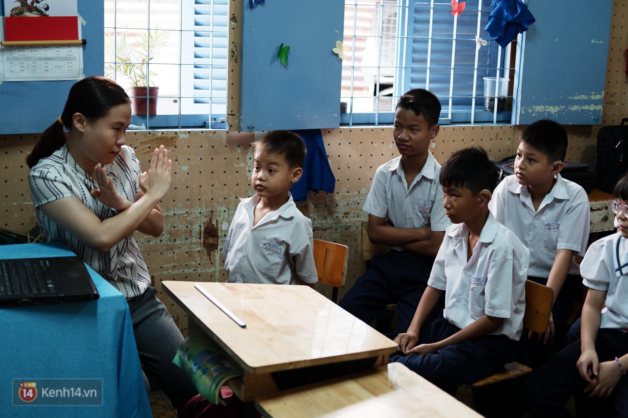 Lớp học thinh lặng giữa Sài Gòn: Không tiếng giảng bài không lời phát biểu, nhưng không tắt hy vọng bao giờ - Ảnh 4.