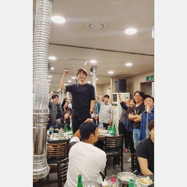 Ảnh hiếm của Song Joong Ki 1 tháng trước tuyên bố ly hôn Song Hye Kyo: Gầy rộc, xơ xác nhưng vẫn gượng cười vui vẻ - Ảnh 1.