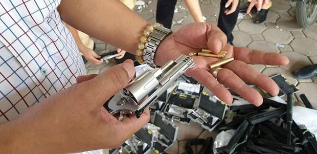 Hà Nội: Phát hiện người phụ nữ vận chuyển 19 khẩu súng tự chế - Ảnh 2.