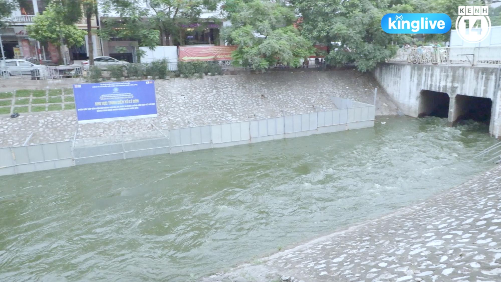 Hà Nội mở cửa xả Hồ Tây dẫn nước vào sông Tô Lịch: Nước đã xanh hơn, mùi hôi thối giảm hẳn - Ảnh 2.