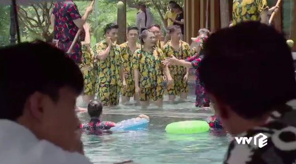 Ngoại truyện Về Nhà Đi Con chơi siêu lớn: Nụ hôn đồng tính đầu đời của Dương khiến bố Sơn hãi hùng - Ảnh 3.