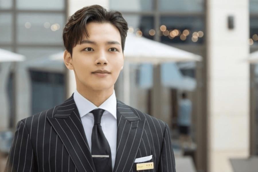 """5 khoảnh khắc cưng muốn xỉu của quản lí Yeo Jin Goo (Hotel Del Luna): Hết """"cà khịa"""" CEO đến hát Bầy-bị-Shark dỗ ma nhi đồng - Ảnh 1."""