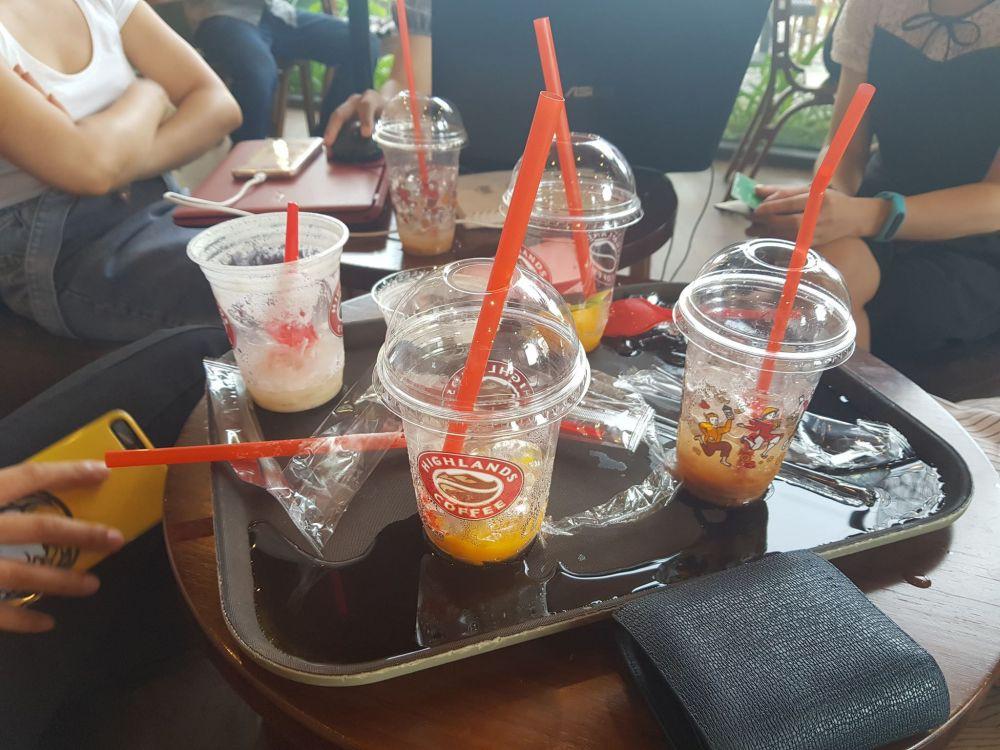VZN News: Highlands Coffee vẫn phục vụ đồ nhựa cho khách như một điều tất nhiên: Nhiều người lắc đầu ngán ngẩm Vì sao nhất định không thay đổi? - Ảnh 1.