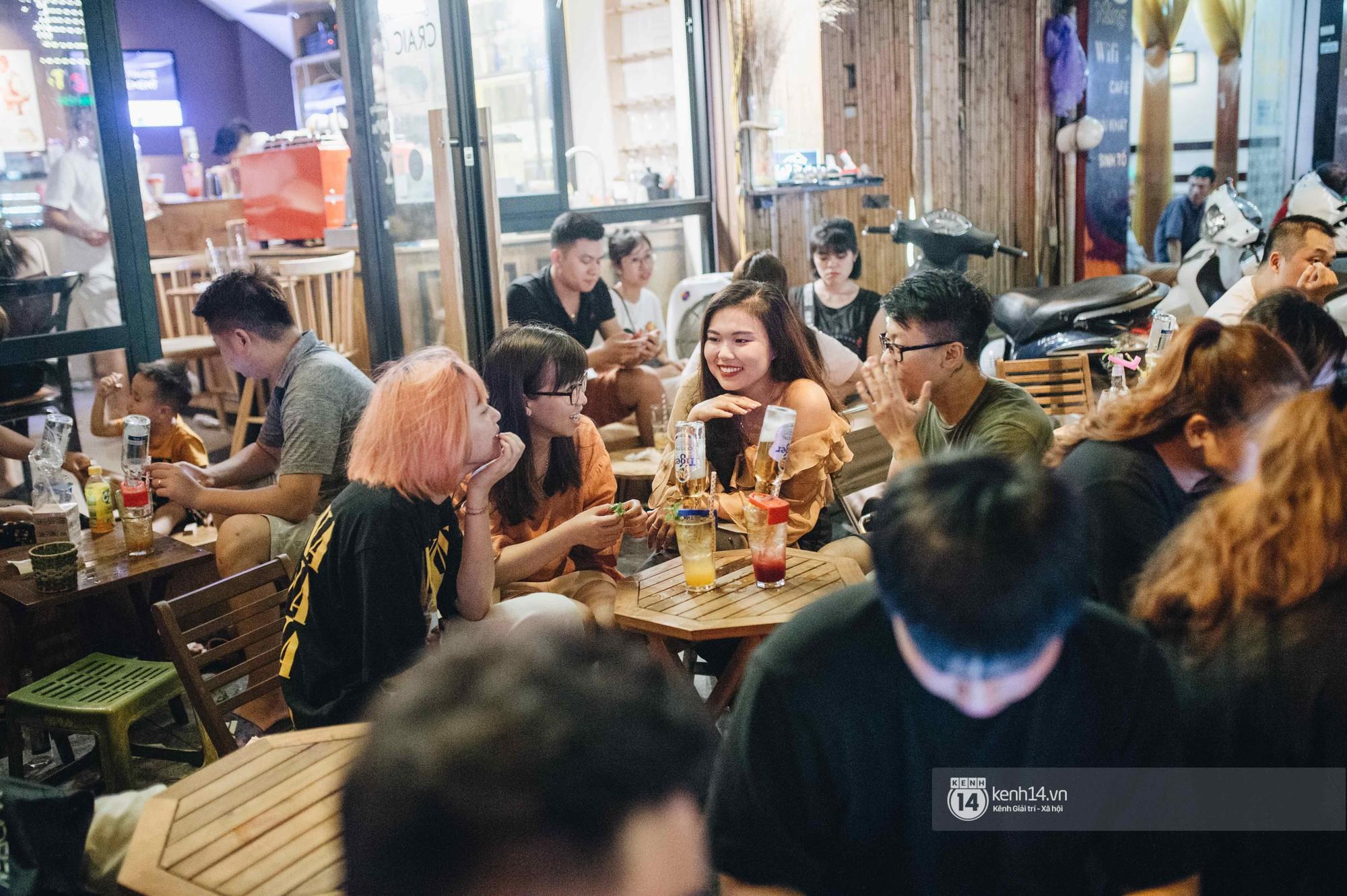 VZN News: Giới trẻ Hà Nội đổ xô đi thử bia úp ngược: chật kín chỗ, nhiều khách phải ngậm ngùi đi về - Ảnh 1.