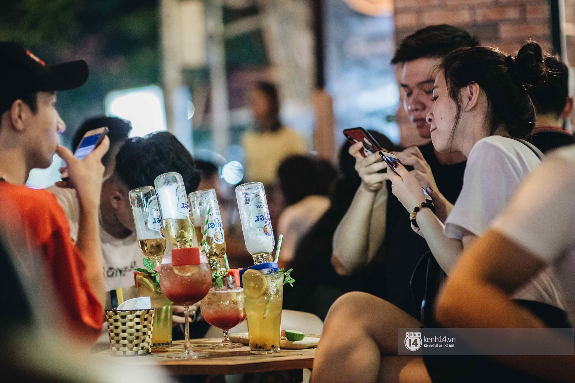 VZN News: Giới trẻ Hà Nội đổ xô đi thử bia úp ngược: chật kín chỗ, nhiều khách phải ngậm ngùi đi về - Ảnh 8.
