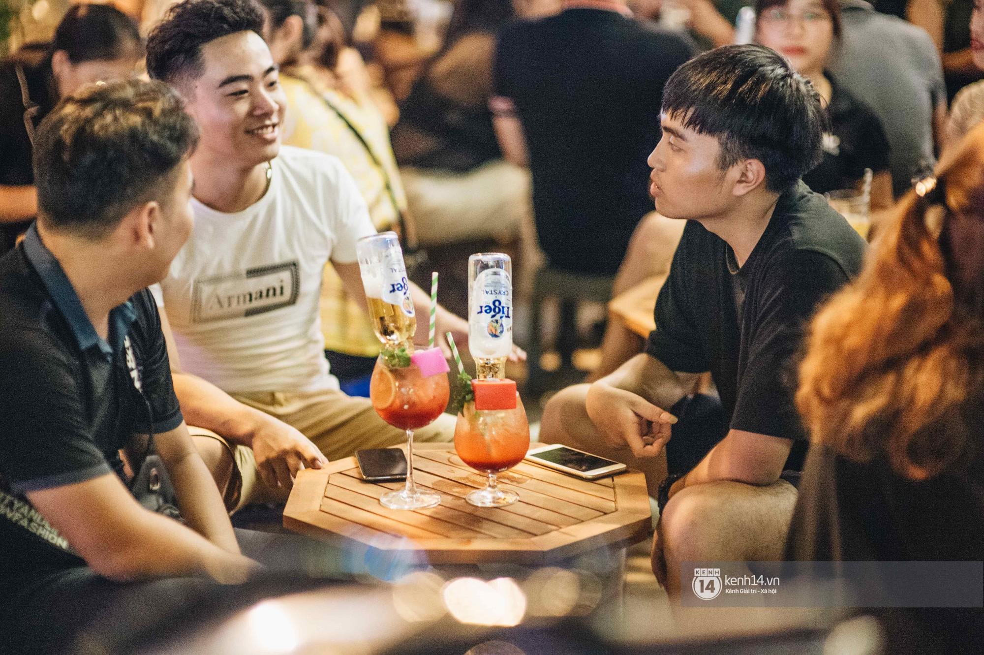 VZN News: Giới trẻ Hà Nội đổ xô đi thử bia úp ngược: chật kín chỗ, nhiều khách phải ngậm ngùi đi về - Ảnh 9.