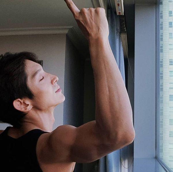 VZN News: Dàn sao hot nhất Hotel Del Luna: IU dính loạt scandal nhạy cảm, nam phụ bị yêu cầu tự tử, dàn cameo siêu quyền lực - Ảnh 34.