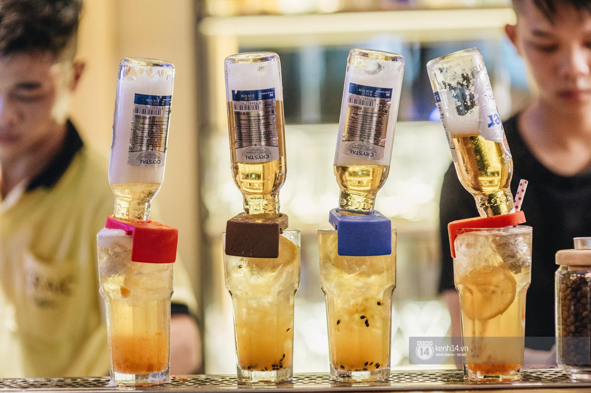 VZN News: Giới trẻ Hà Nội đổ xô đi thử bia úp ngược: chật kín chỗ, nhiều khách phải ngậm ngùi đi về - Ảnh 6.