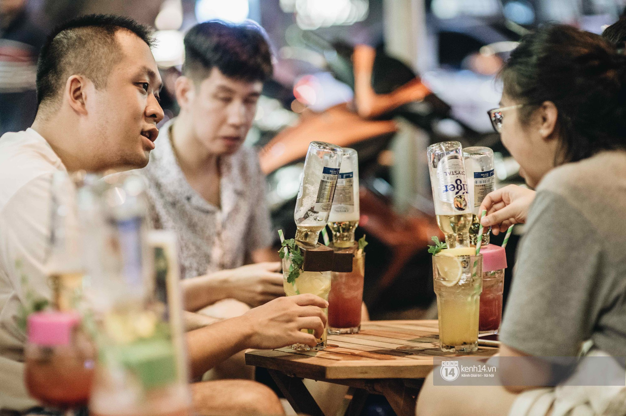 VZN News: Giới trẻ Hà Nội đổ xô đi thử bia úp ngược: chật kín chỗ, nhiều khách phải ngậm ngùi đi về - Ảnh 7.