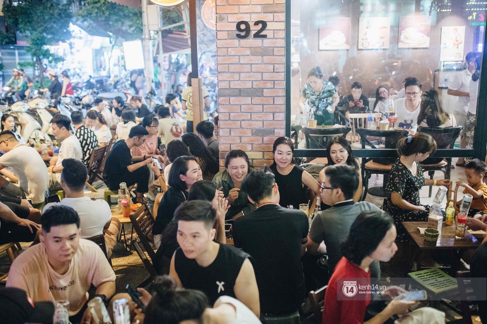 VZN News: Giới trẻ Hà Nội đổ xô đi thử bia úp ngược: chật kín chỗ, nhiều khách phải ngậm ngùi đi về - Ảnh 4.