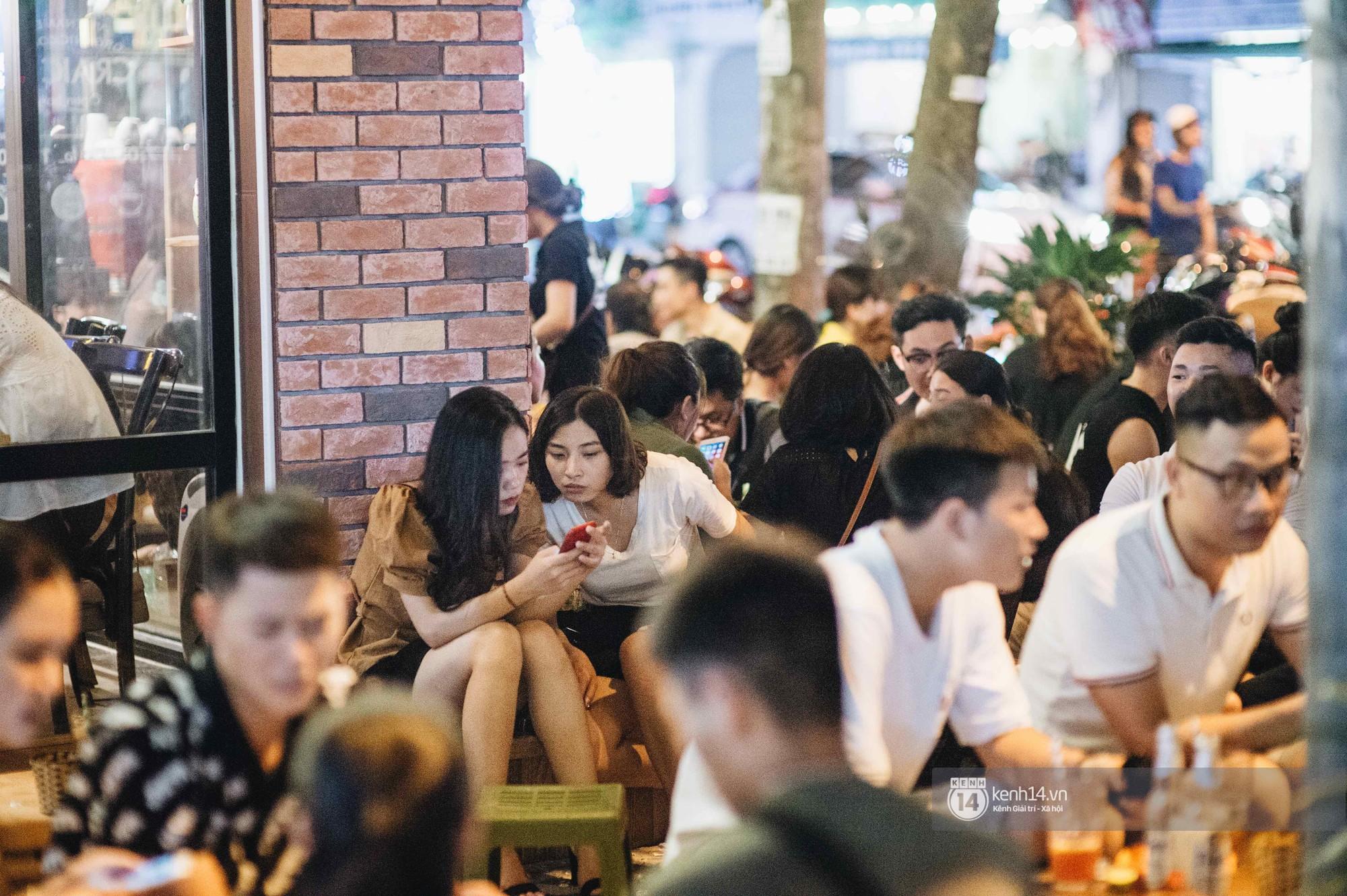 VZN News: Giới trẻ Hà Nội đổ xô đi thử bia úp ngược: chật kín chỗ, nhiều khách phải ngậm ngùi đi về - Ảnh 5.