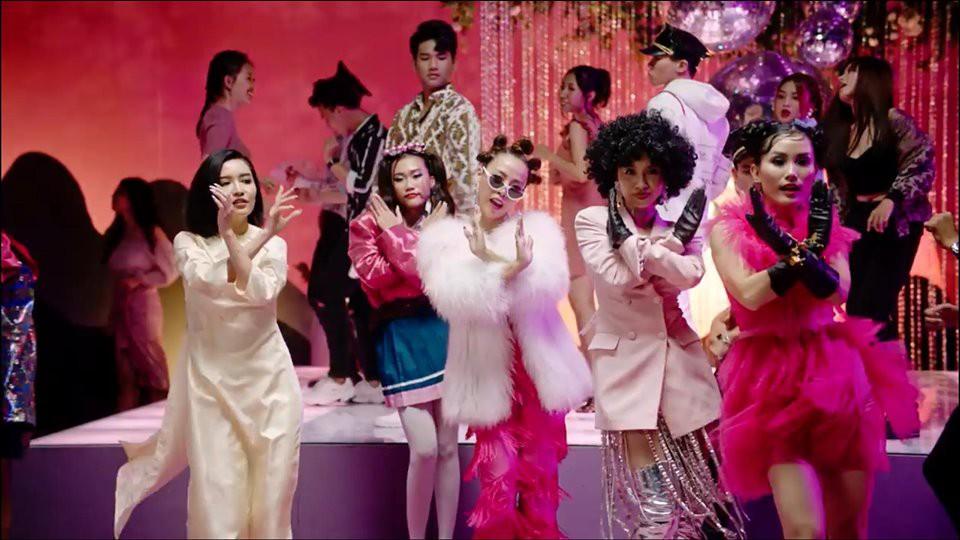 VZN News: Tưởng Bích Phương Đi đu đưa đi 18+ thế nào trong MV mới, ai ngờ chỉ dám ăn mặc sexy chơi tù xì cởi áo với trai đẹp 6 múi - Ảnh 3.