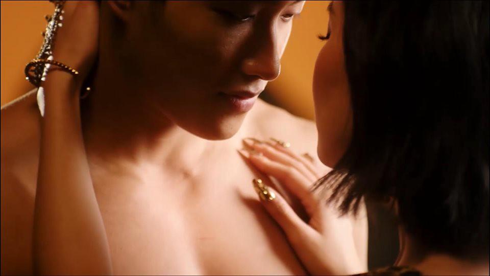 VZN News: Tưởng Bích Phương Đi đu đưa đi 18+ thế nào trong MV mới, ai ngờ chỉ dám ăn mặc sexy chơi tù xì cởi áo với trai đẹp 6 múi - Ảnh 12.