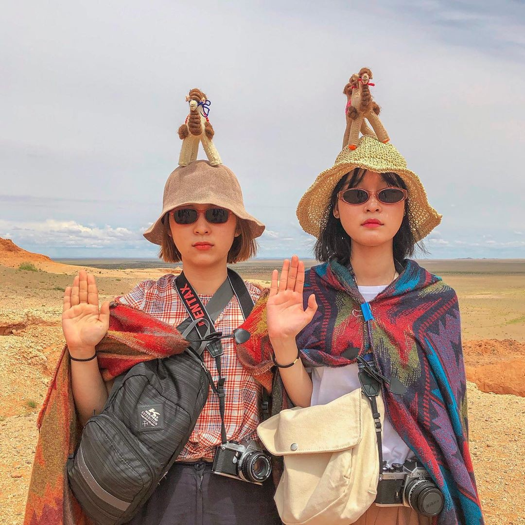 """VZN News: Đi du lịch nhưng vẫn muốn bắt trend """"đu đưa"""", học ngay cặp bạn thân Hàn Quốc này để về nhà hốt ảnh trăm like bạn nhé! - Ảnh 1."""