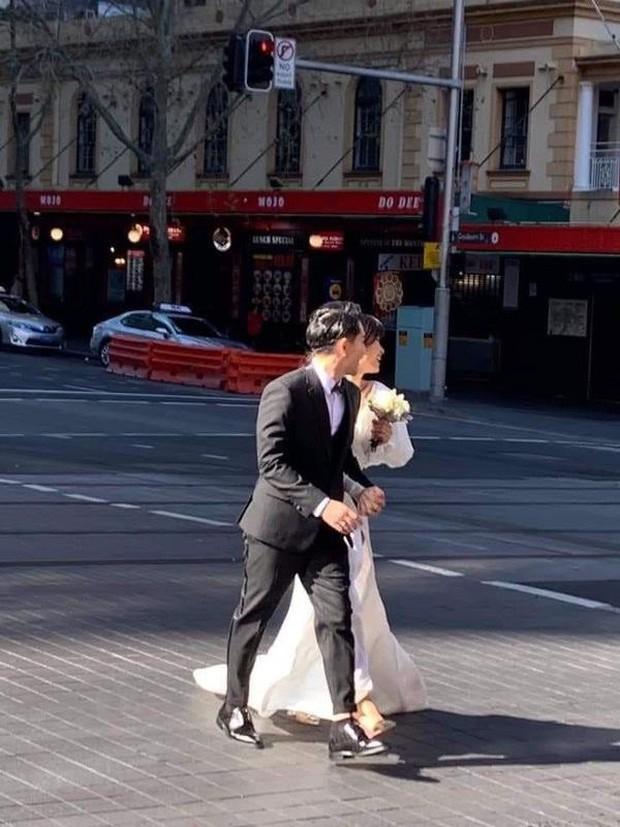 VZN News: Đông Nhi - Ông Cao Thắng bị bắt gặp đeo khẩu trang kín mít tại bệnh viện, cùng đi khám sức khoẻ trước ngày cưới - Ảnh 2.