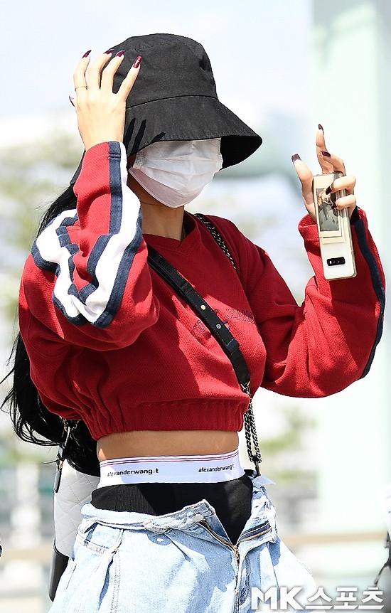 """VZN News: Hở bạo chưa xong, """"em út sexy nhất Kpop"""" Hwasa (MAMAMOO) còn gây sốc hơn khi diện quần tụt khóa và lộ cả nội y? - Ảnh 4."""