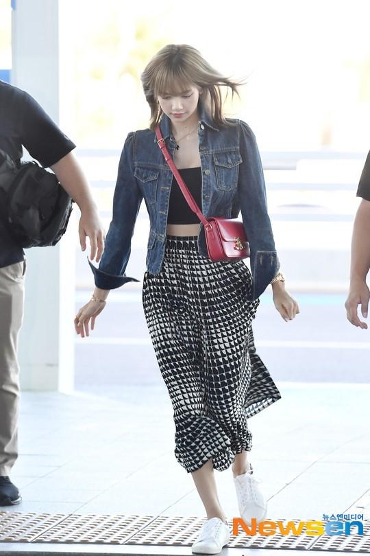 VZN News: Màn đọ sắc cực hiếm của 2 thánh eo thon Lisa và Taeyeon tại sân bay: Idol hot nhất Gen3 liệu có vượt mặt đàn chị? - Ảnh 10.