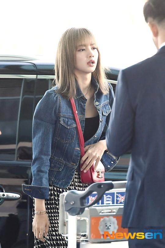 VZN News: Màn đọ sắc cực hiếm của 2 thánh eo thon Lisa và Taeyeon tại sân bay: Idol hot nhất Gen3 liệu có vượt mặt đàn chị? - Ảnh 12.