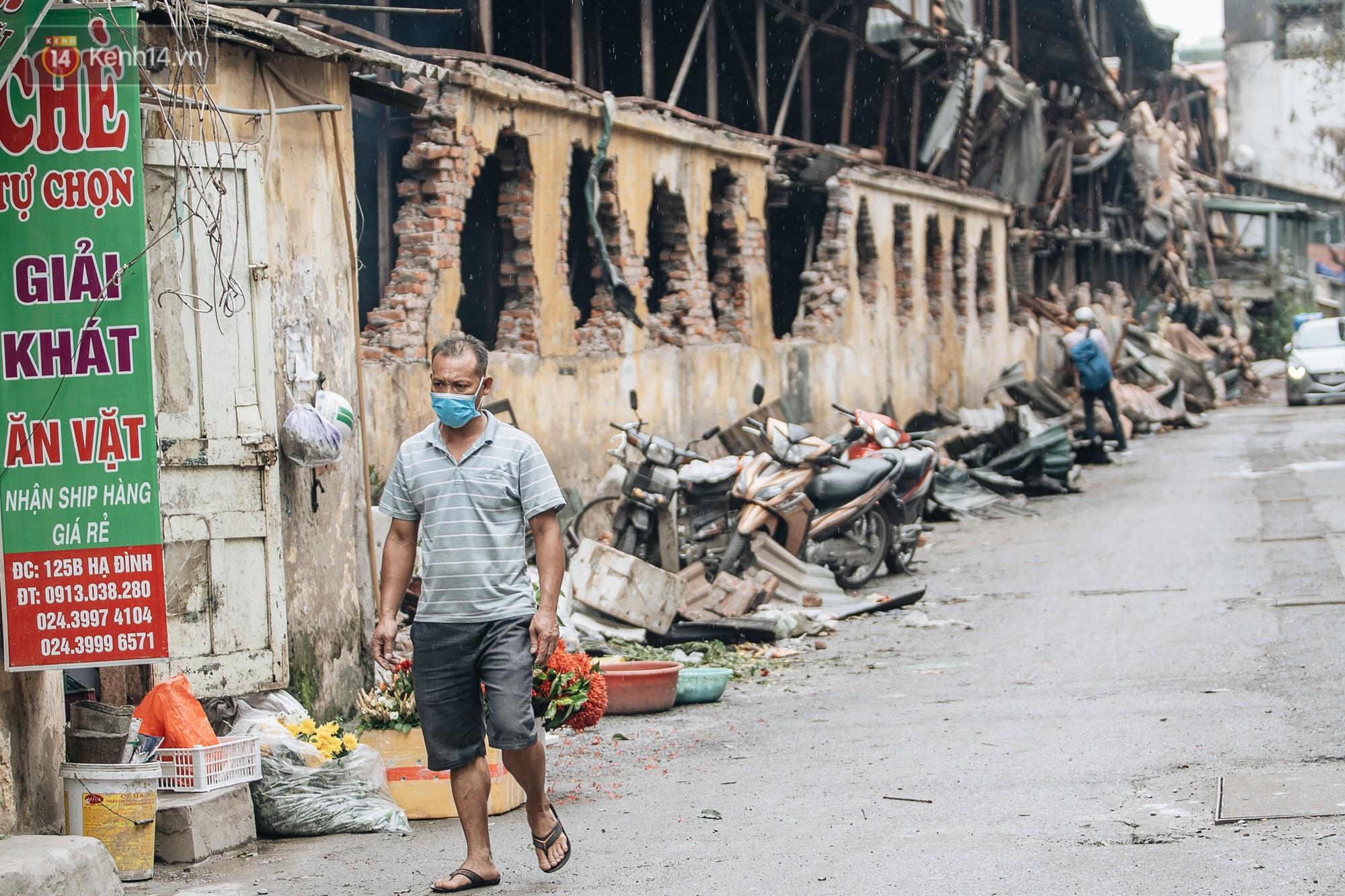 VZN News: Cuộc sống xung quanh nhà kho Rạng Đông sau vụ cháy: Người lớn cay mắt và khó thở, trẻ nhỏ được sơ tán - Ảnh 10.