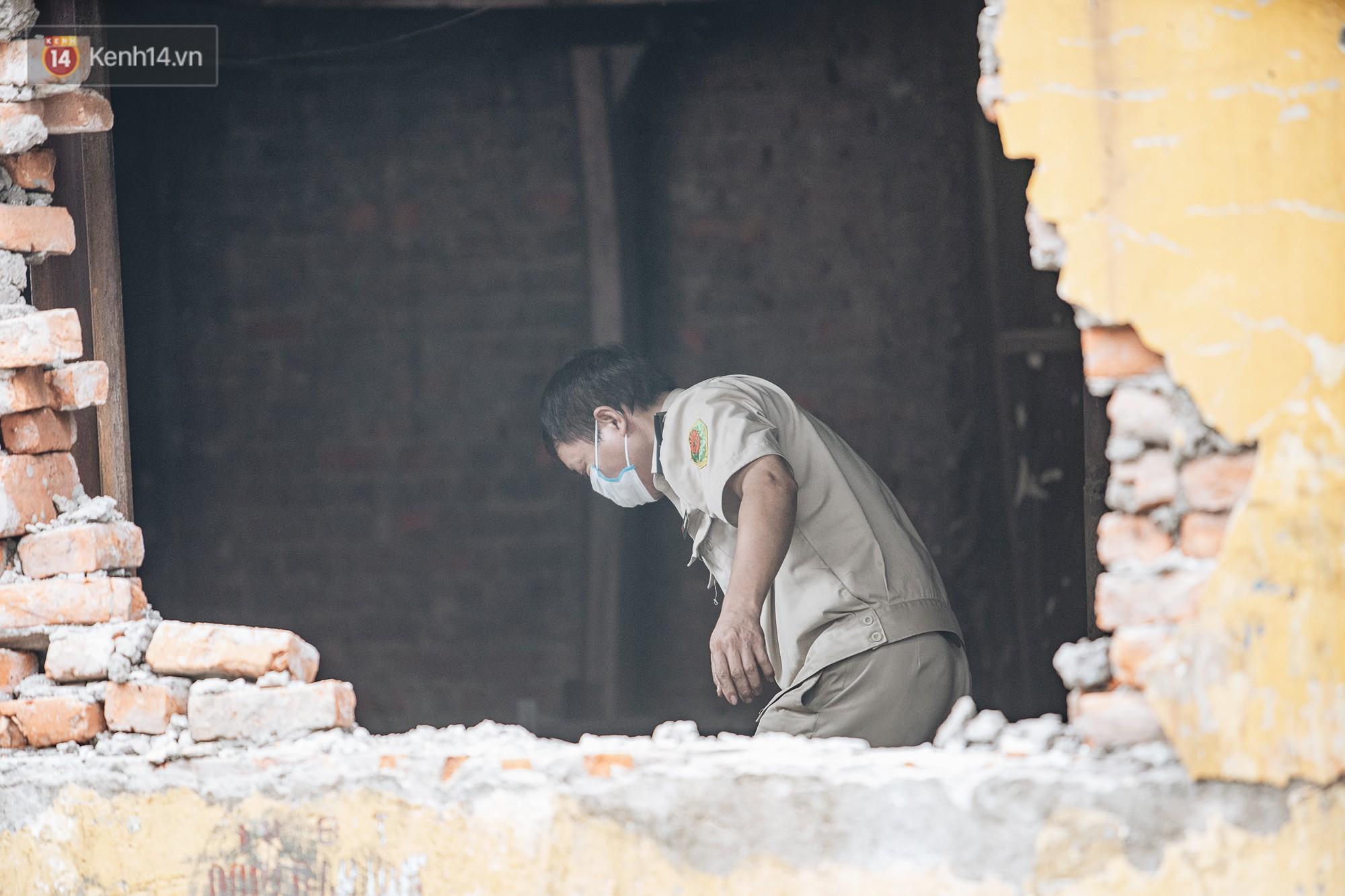 VZN News: Cuộc sống xung quanh nhà kho Rạng Đông sau vụ cháy: Người lớn cay mắt và khó thở, trẻ nhỏ được sơ tán - Ảnh 11.
