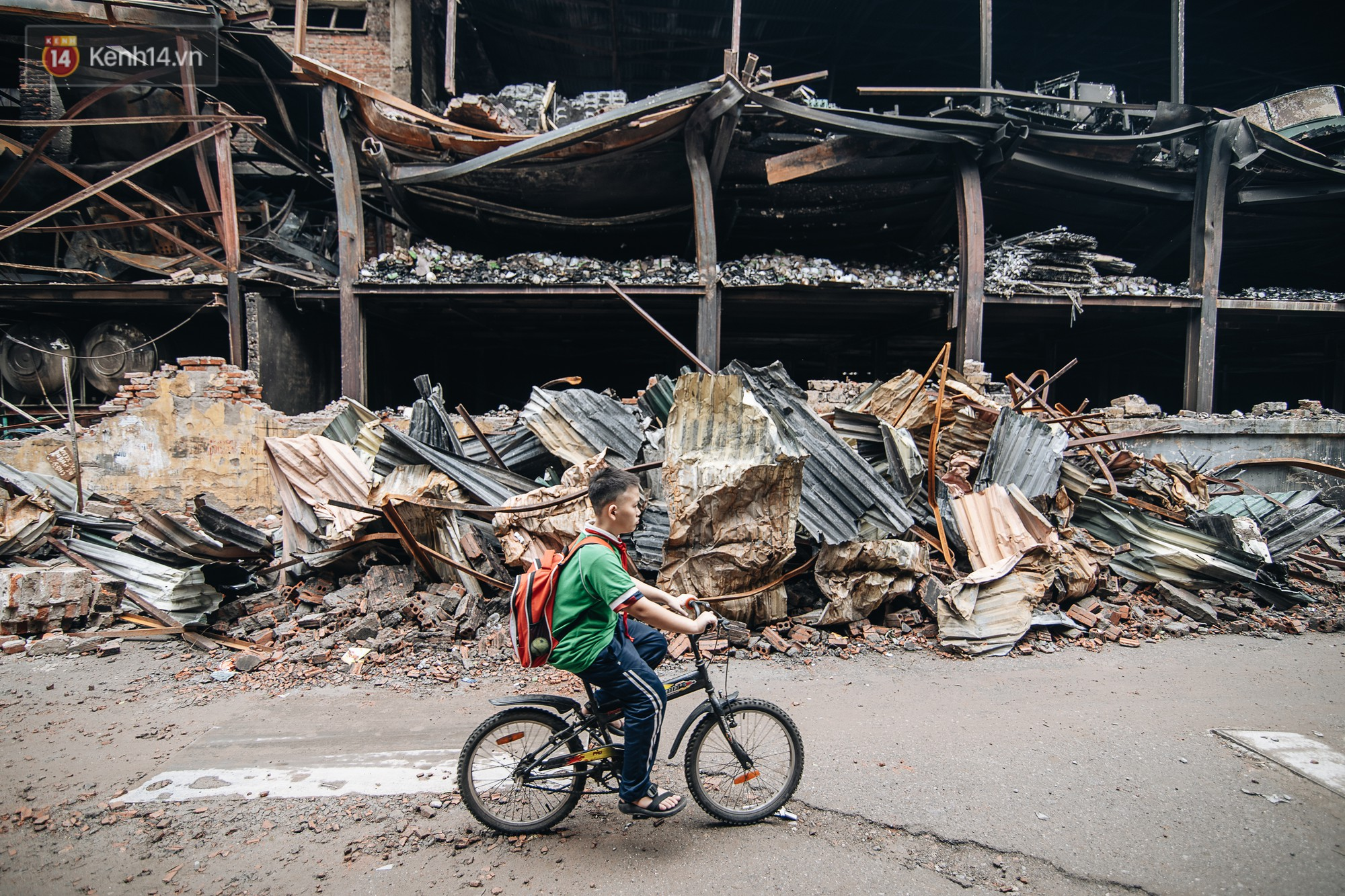 VZN News: Cuộc sống xung quanh nhà kho Rạng Đông sau vụ cháy: Người lớn cay mắt và khó thở, trẻ nhỏ được sơ tán - Ảnh 1.