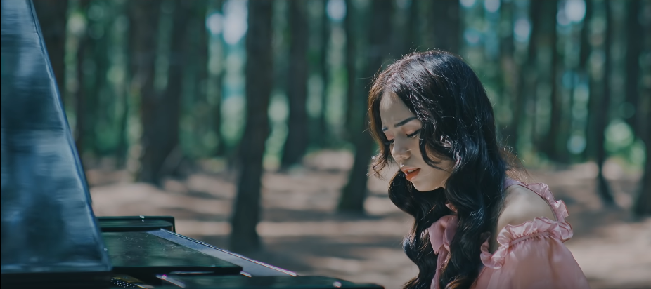 VZN News: Hương Ly chính thức debut bằng MV xuyên không trên nền nhạc ballad đẫm nước mắt, liệu có thành công như khi hát cover? - Ảnh 2.