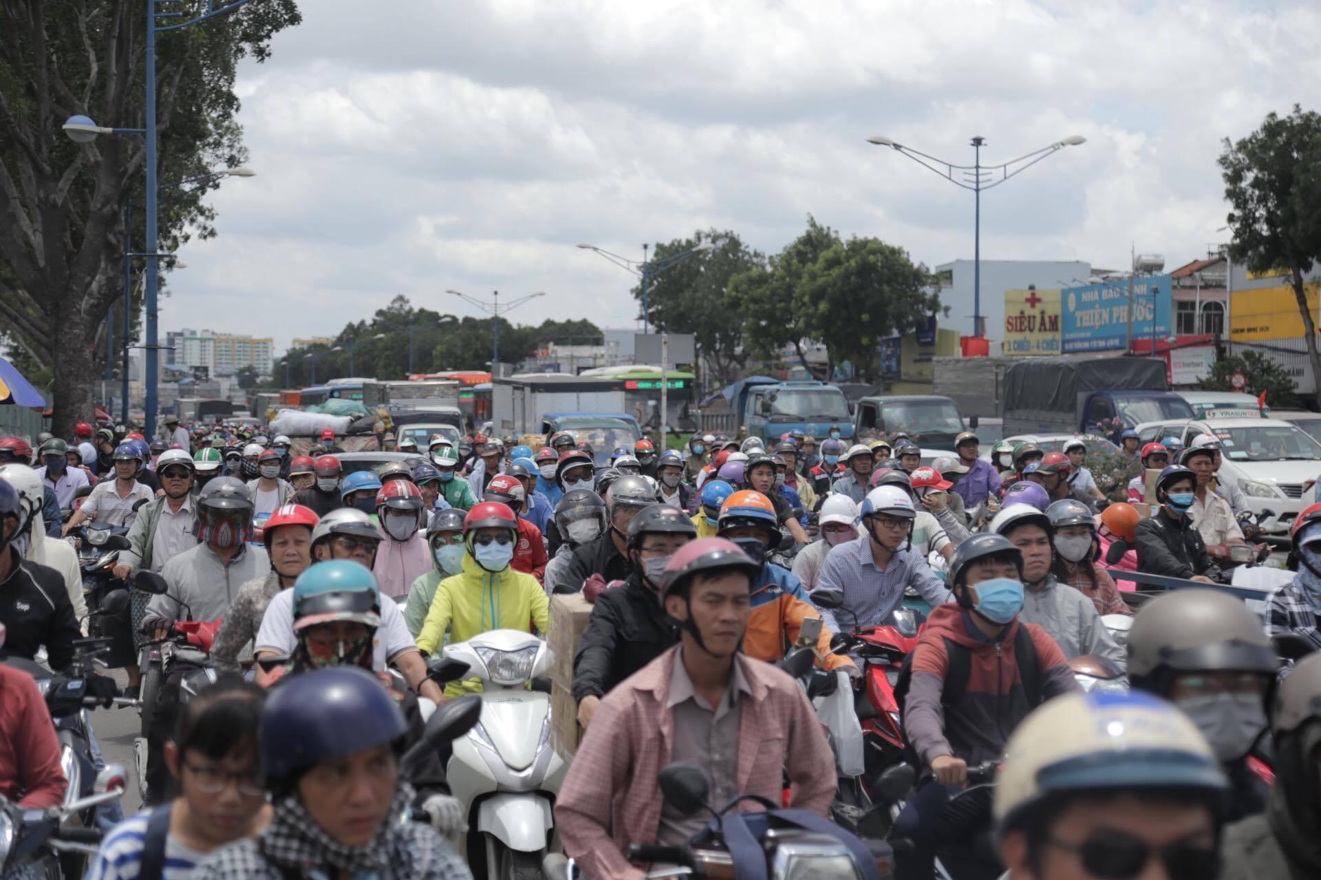 VZN News: Va chạm với xe máy Go-Viet, khách nữ GrabBike ngã ra đường bị xe tải cán tử vong, tài xế hoảng loạn - Ảnh 3.