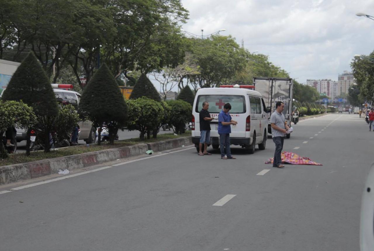 VZN News: Va chạm với xe máy Go-Viet, khách nữ GrabBike ngã ra đường bị xe tải cán tử vong, tài xế hoảng loạn - Ảnh 2.