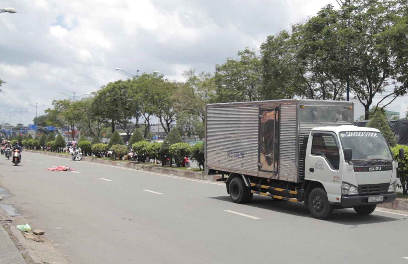 VZN News: Va chạm với xe máy Go-Viet, khách nữ GrabBike ngã ra đường bị xe tải cán tử vong, tài xế hoảng loạn - Ảnh 1.