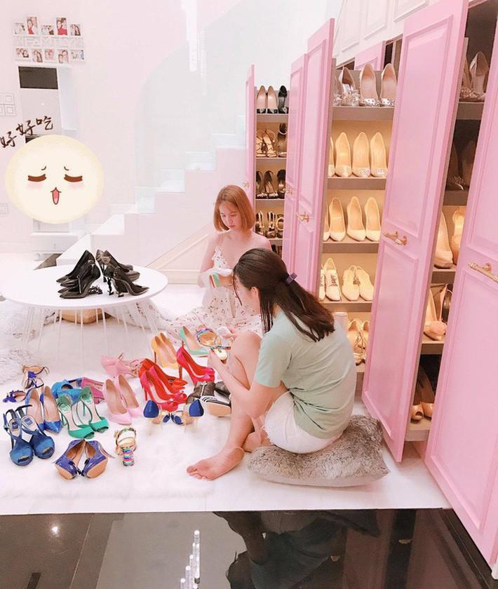 """VZN News: Bị dân mạng thách đố chán chê, Ngọc Trinh đã đưa ra câu trả lời về việc sắm đôi giày nơ """"quét đất"""" gần 60 triệu VNĐ - Ảnh 5."""