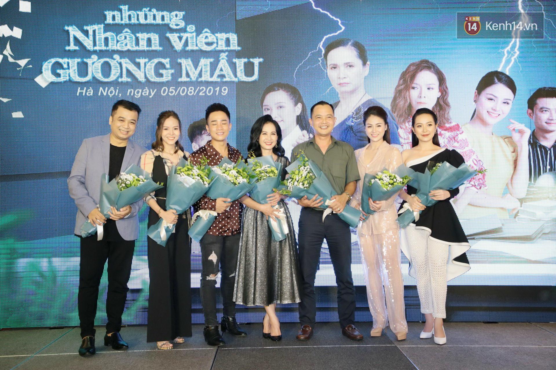 Diện đầm xòe công chúa, mẹ chồng quốc dân Lan Hương chặt đẹp dàn mỹ nhân phim nối sóng Về Nhà Đi Con - Ảnh 1.