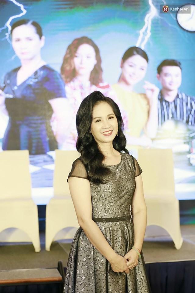 Diện đầm xòe công chúa, mẹ chồng quốc dân Lan Hương chặt đẹp dàn mỹ nhân phim nối sóng Về Nhà Đi Con - Ảnh 3.