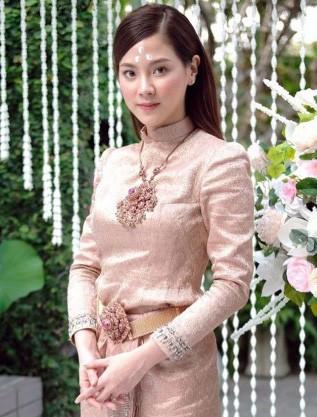 """Sau 5 tháng từ cơn sốt Songkran, mỹ nhân """"Chiếc lá bay"""" Baifern gây bão trở lại trong trang phục truyền thống Thái Lan"""