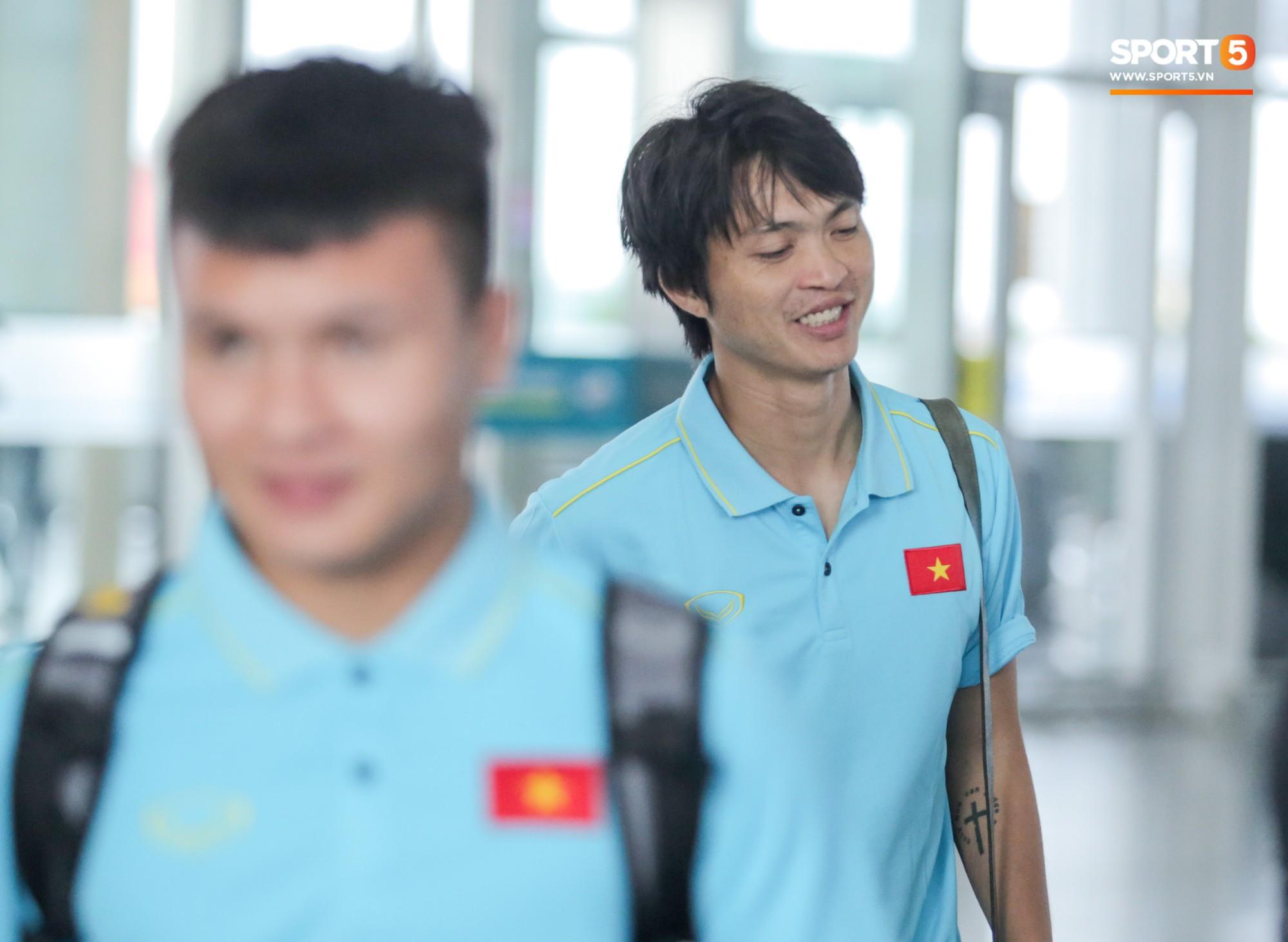Tuyển thủ Việt Nam ngái ngủ, tóc rối bù vì phải dậy sớm ra sân bay sang Thái Lan - Ảnh 4.