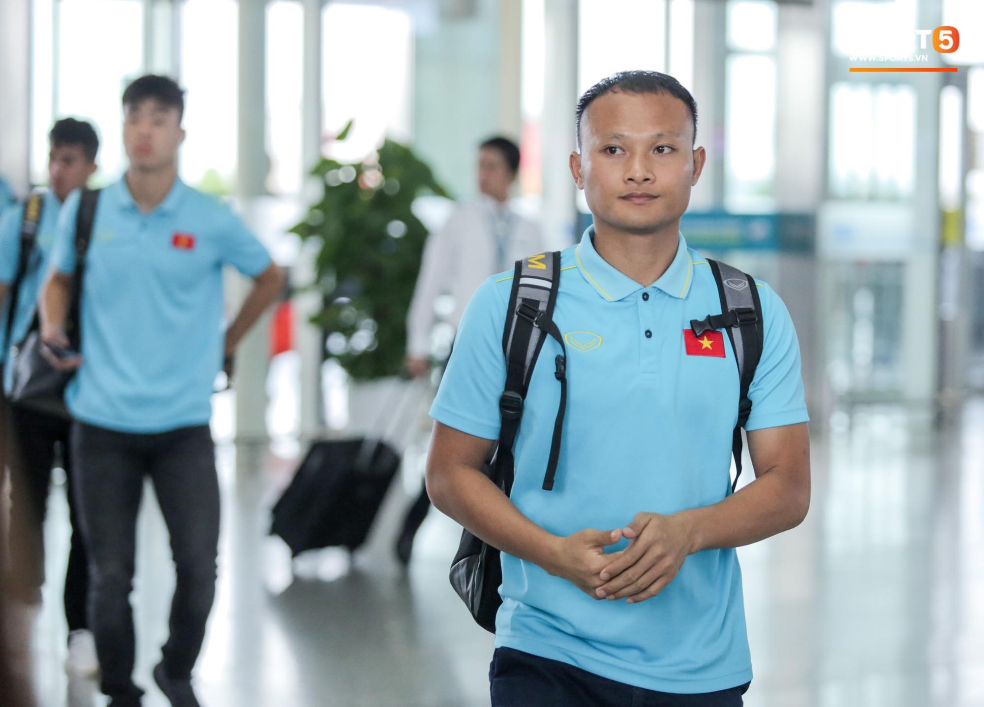 Tuyển thủ Việt Nam ngái ngủ, tóc rối bù vì phải dậy sớm ra sân bay sang Thái Lan - Ảnh 12.