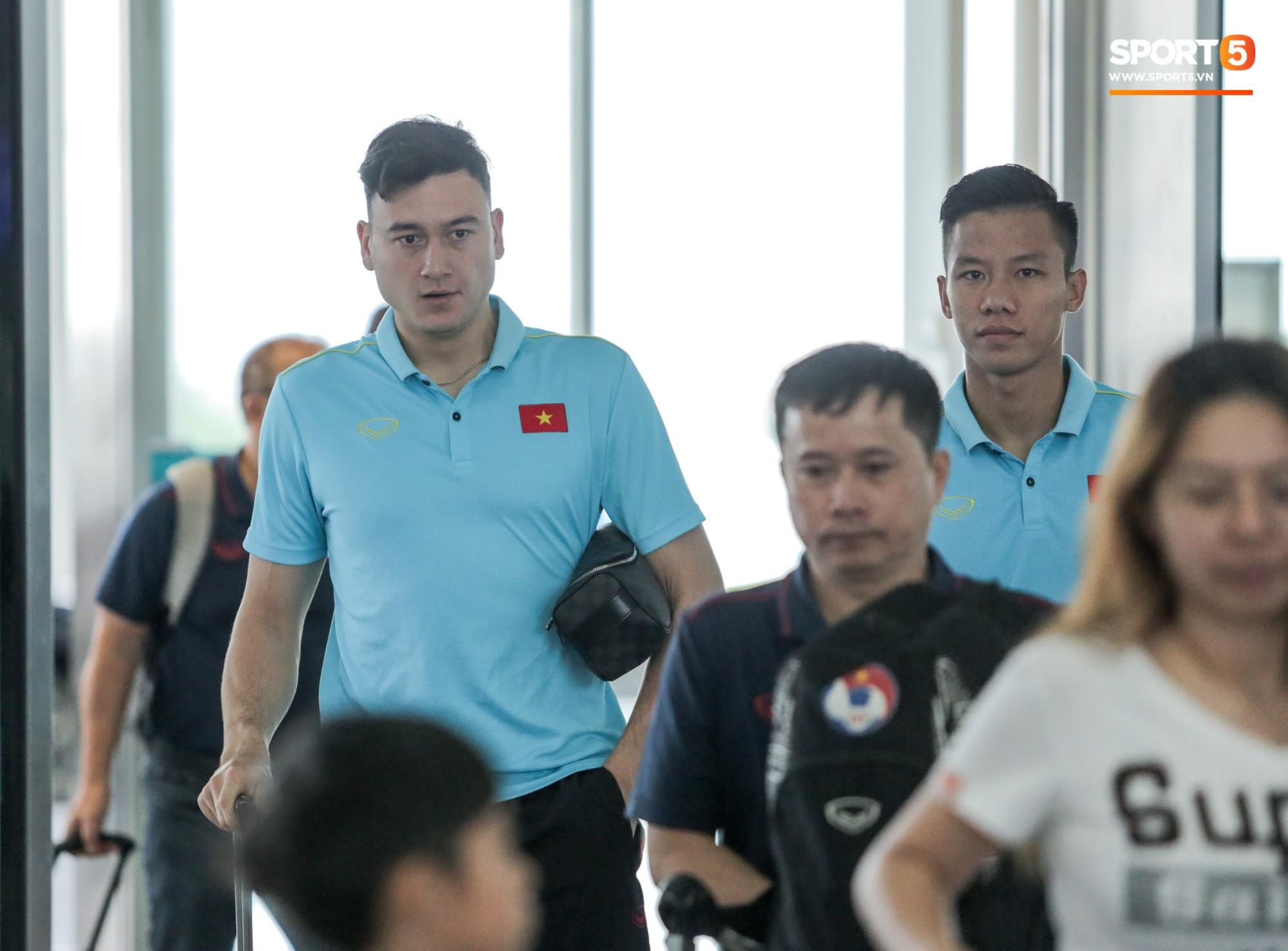 Tuyển thủ Việt Nam ngái ngủ, tóc rối bù vì phải dậy sớm ra sân bay sang Thái Lan - Ảnh 10.