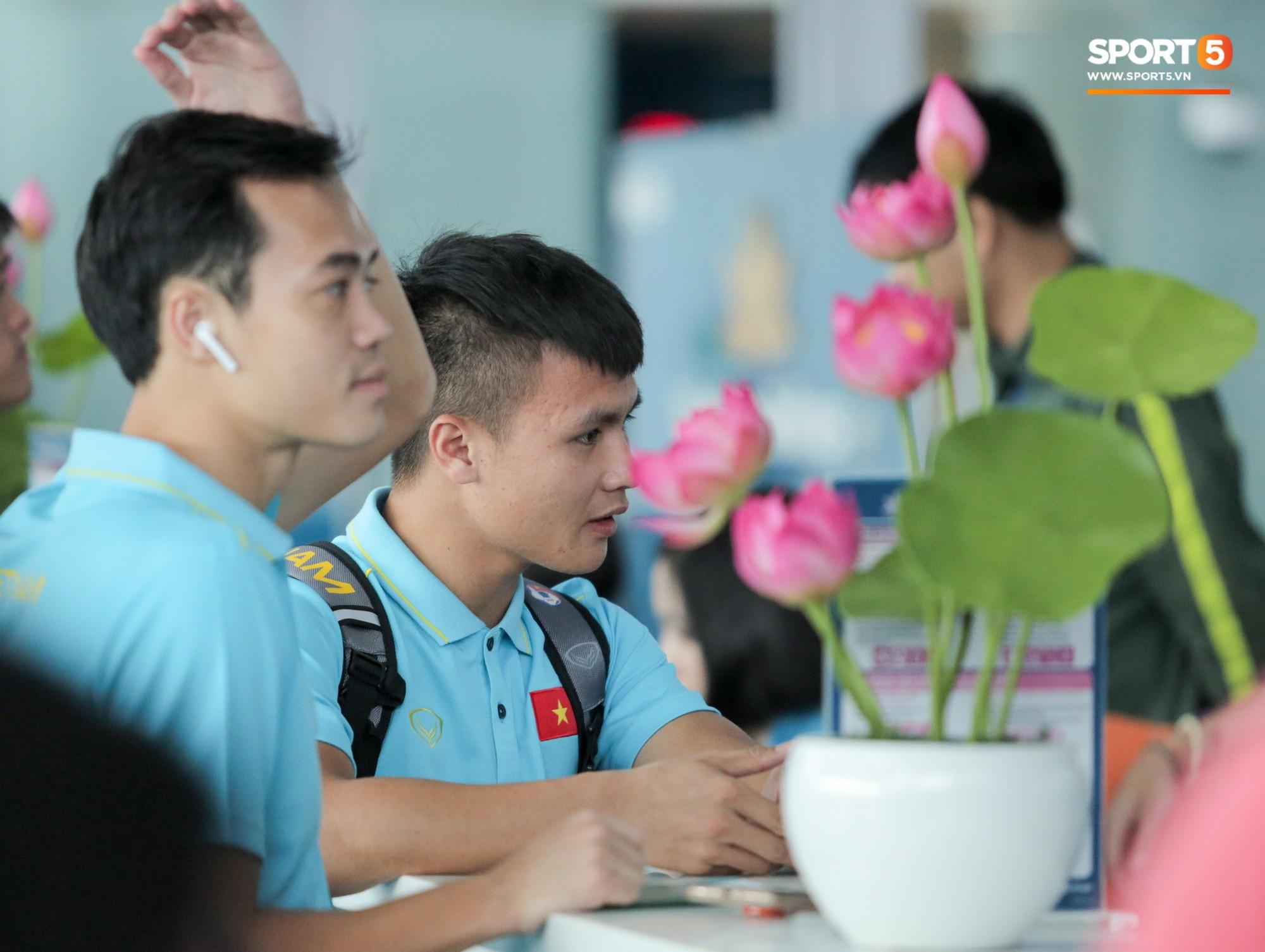 Tuyển thủ Việt Nam ngái ngủ, tóc rối bù vì phải dậy sớm ra sân bay sang Thái Lan - Ảnh 9.