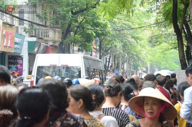 Ảnh, clip: Người dân Hà Nội đội mưa, xếp hàng dài cả tuyến phố để chờ mua bánh Trung thu Bảo Phương - Ảnh 12.