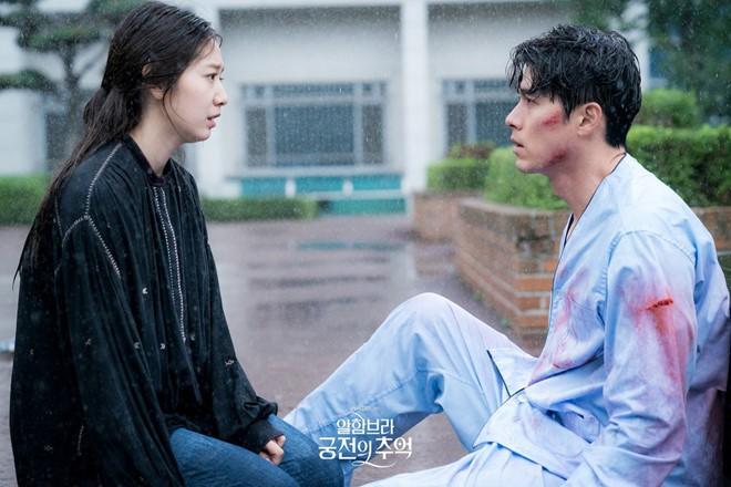 Ảnh cũ hot lại: Hyun Bin bị tóm sống nhìn Park Shin Hye đắm đuối ở hậu trường Hồi Ức Alhambra? - Ảnh 5.