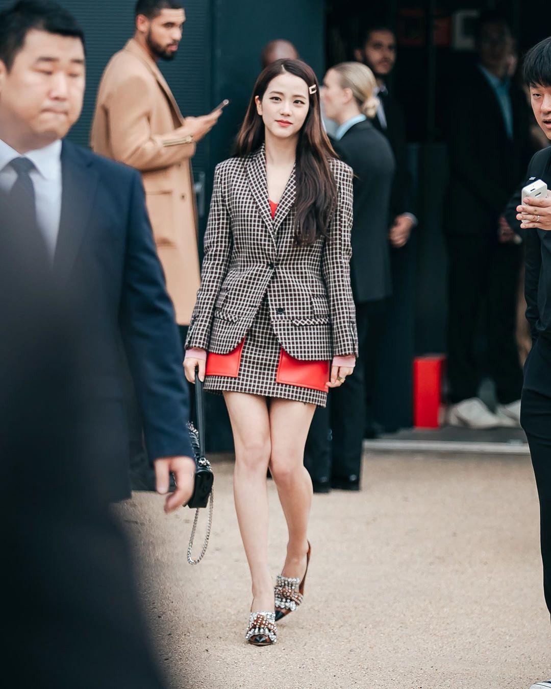 VZN News: Nữ thần Jisoo (BLACKPINK) gây náo loạn trời Anh: Quá xinh và sang như tiểu thư quý tộc, ảnh chụp vội gây choáng - Ảnh 2.