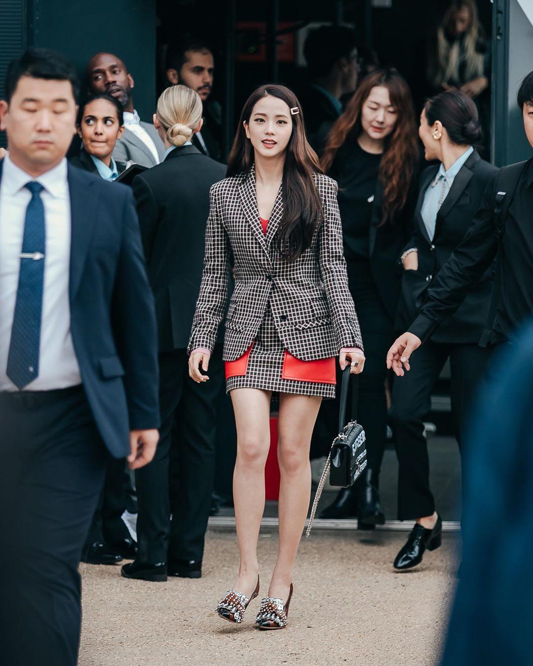 VZN News: Nữ thần Jisoo (BLACKPINK) gây náo loạn trời Anh: Quá xinh và sang như tiểu thư quý tộc, ảnh chụp vội gây choáng - Ảnh 1.