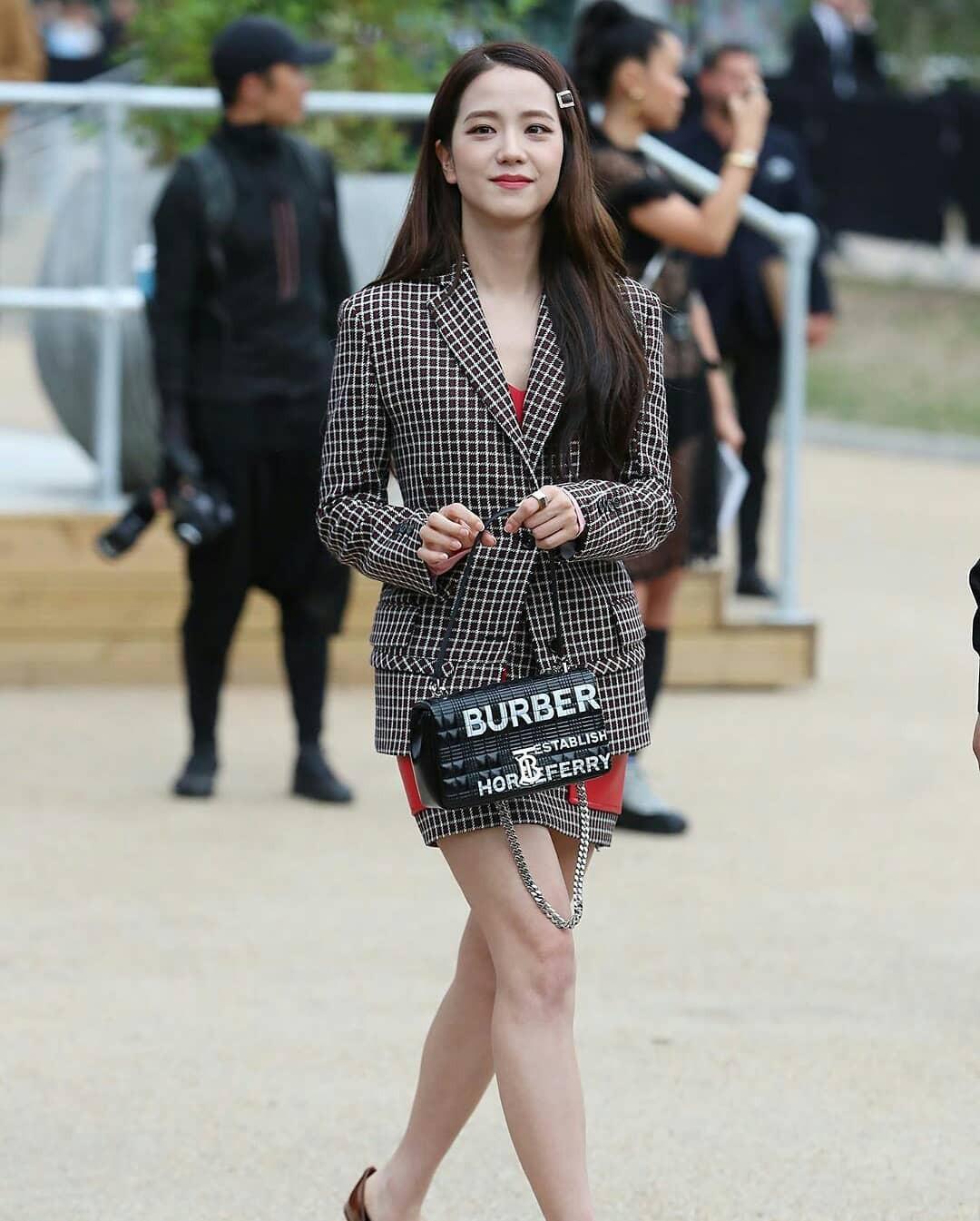 VZN News: Nữ thần Jisoo (BLACKPINK) gây náo loạn trời Anh: Quá xinh và sang như tiểu thư quý tộc, ảnh chụp vội gây choáng - Ảnh 3.