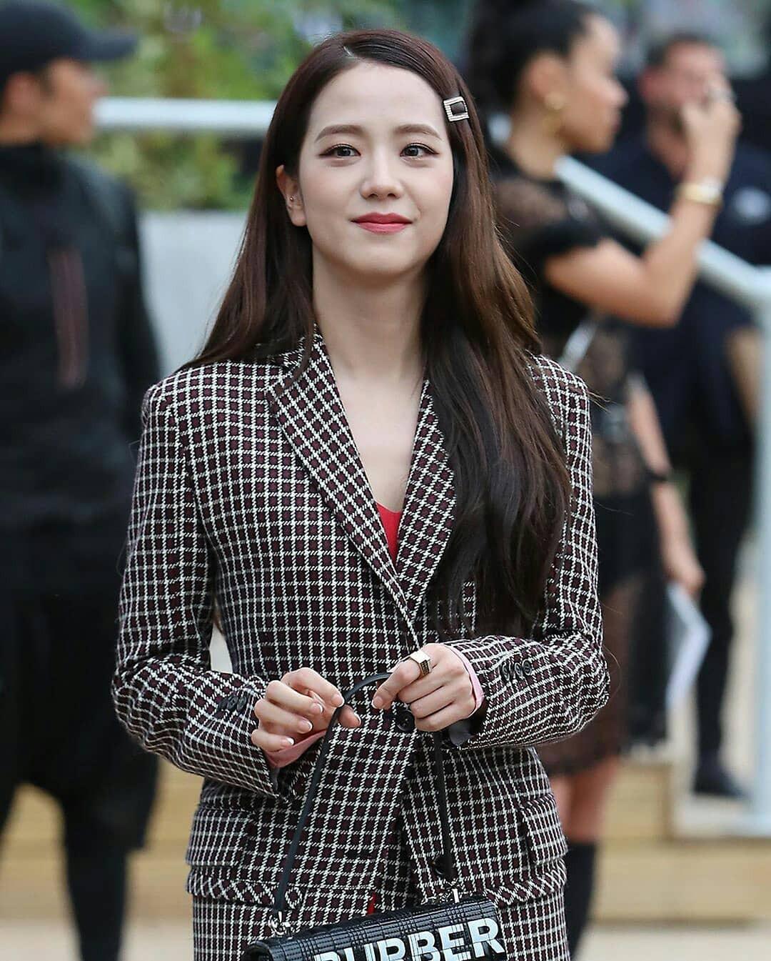 VZN News: Nữ thần Jisoo (BLACKPINK) gây náo loạn trời Anh: Quá xinh và sang như tiểu thư quý tộc, ảnh chụp vội gây choáng - Ảnh 4.