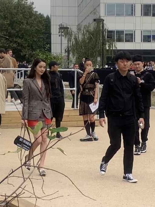 VZN News: Nữ thần Jisoo (BLACKPINK) gây náo loạn trời Anh: Quá xinh và sang như tiểu thư quý tộc, ảnh chụp vội gây choáng - Ảnh 8.