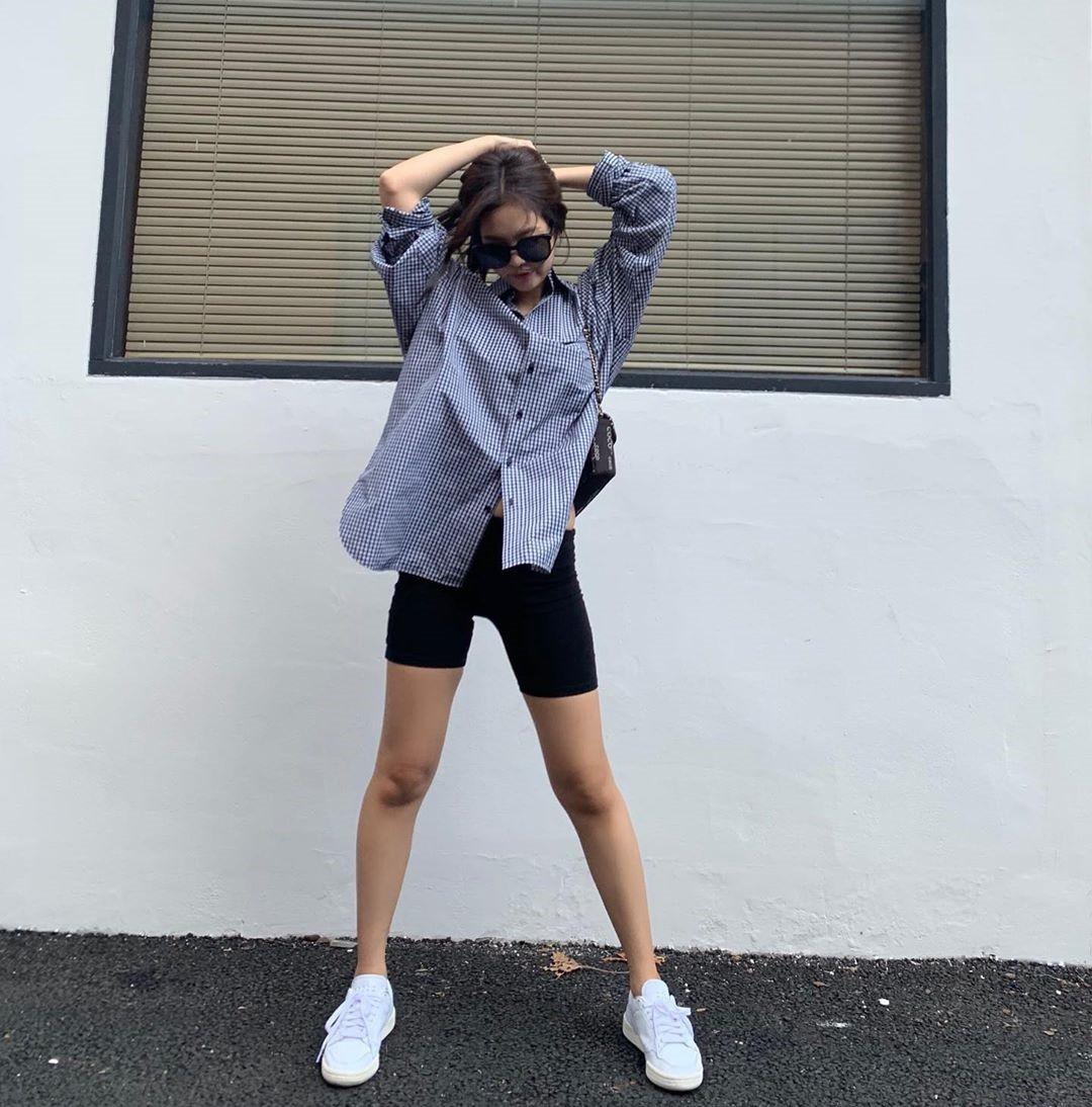 VZN News: Diện áo kín cổng cao tường mãi cũng chán, bạn hãy thử học cách buông lơi vài hàng khuy giống idol Hàn - Ảnh 1.