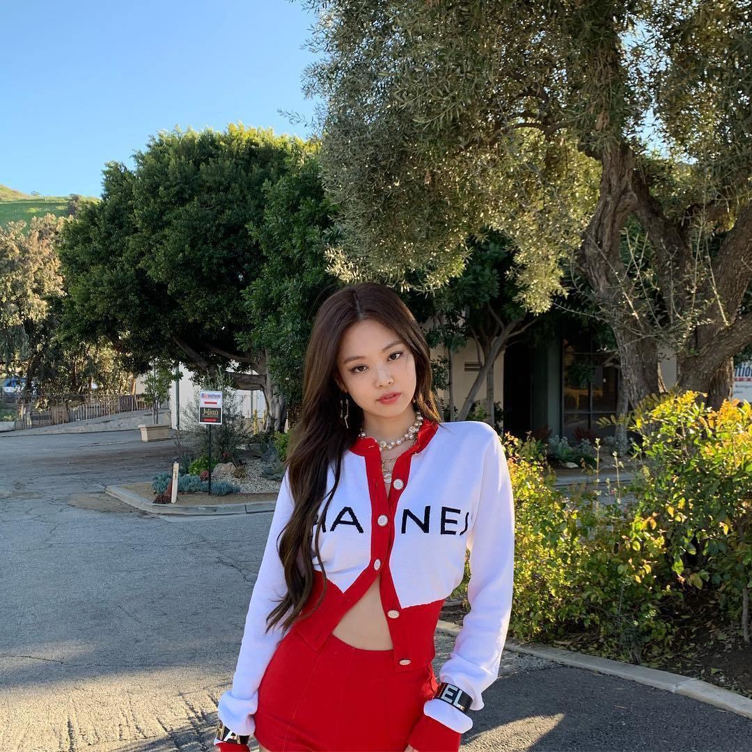 VZN News: Diện áo kín cổng cao tường mãi cũng chán, bạn hãy thử học cách buông lơi vài hàng khuy giống idol Hàn - Ảnh 3.