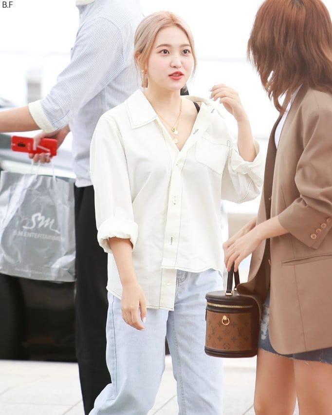 VZN News: Diện áo kín cổng cao tường mãi cũng chán, bạn hãy thử học cách buông lơi vài hàng khuy giống idol Hàn - Ảnh 7.