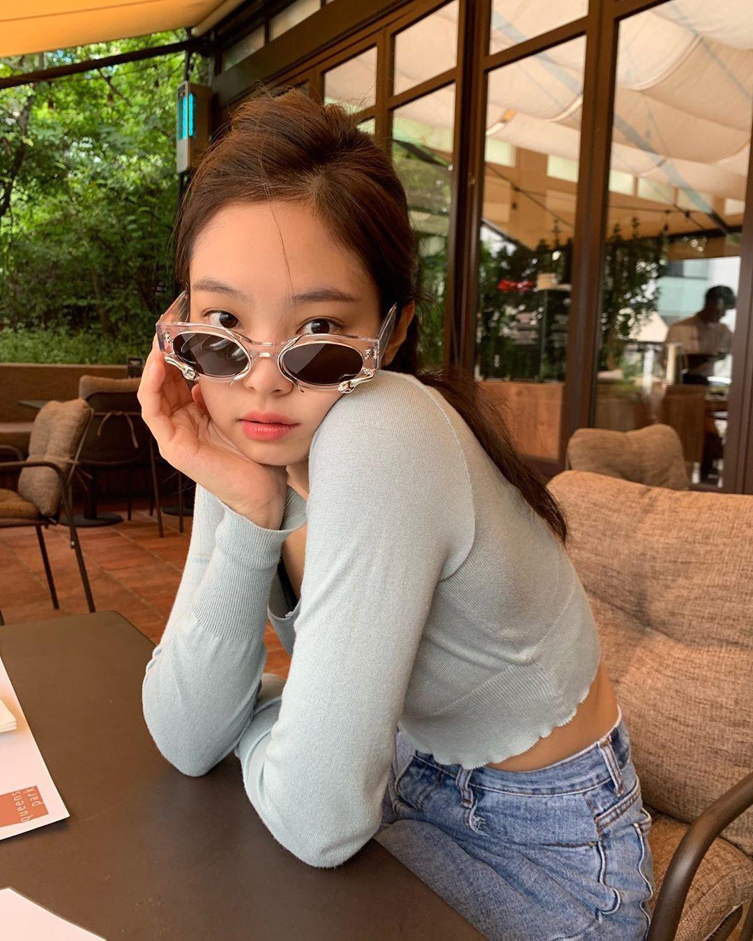 VZN News: Jennie (BLACKPINK) đẹp hút hồn qua ống kính mẹ ruột, vòng eo nhỏ huyền thoại lại chiếm spotlight - Ảnh 2.