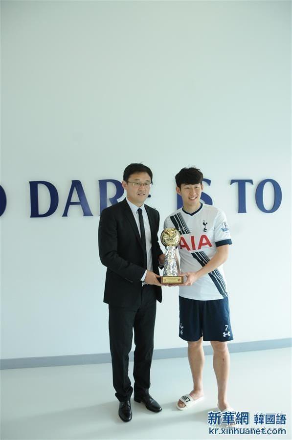 Lầy lội như Son Heung-min: Diện quần đùi, dép lê tới nhận giải Vận động viên xuất sắc nhất châu Á - Ảnh 1.