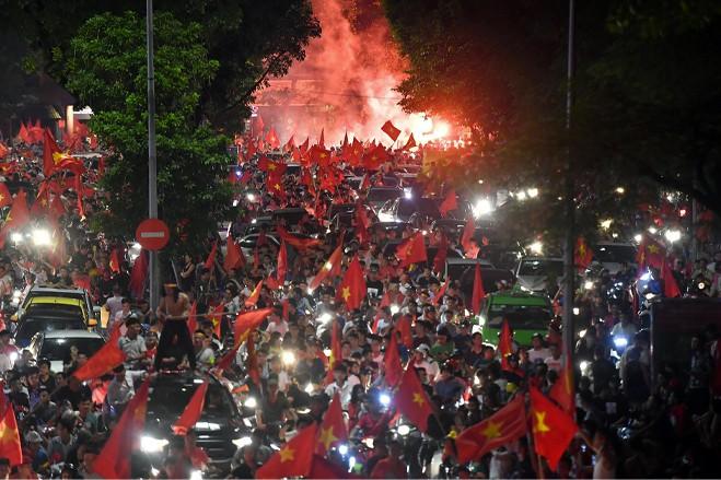 Chuyện một dân tộc yêu bóng đá: Chín mươi triệu nụ cười và mười một chàng trai sân cỏ - Ảnh 6.